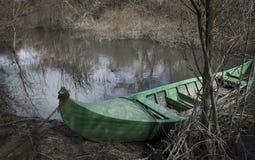 Grünes Kanu parkte im Ufer von Alviela-Fluss nahe bei Pombalinho Lizenzfreie Stockfotos