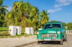 Grünes klassisches amerikanisches Auto auf Straße von Havana Stockfotografie