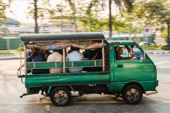 Grünes Kleinlastertaxi in Bangkok Lizenzfreies Stockfoto