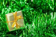 Grünes Lametta und wenig Geschenkbox stockfotos