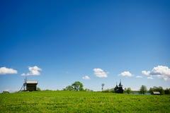 Grünes lanscape mit einer alten Windmühle Stockbild