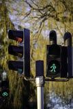 Grünes Licht für Fußgänger und Rot für Autos Lizenzfreies Stockbild