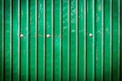 Grünes Metallblatt mit Schraube Lizenzfreie Stockfotos