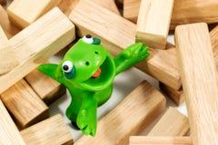 Grünes Monster auf hölzernen Stangen Stockfoto