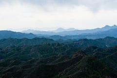Grünes moutain unter Chinesischer Mauer Lizenzfreie Stockfotografie