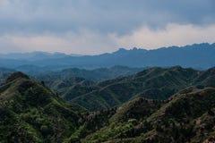 Grünes moutain unter Chinesischer Mauer Stockfotografie