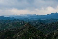 Grünes moutain unter Chinesischer Mauer Stockfoto