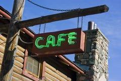 Grünes Neonkaffee-Zeichen auf Pfosten Stockfotografie