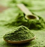 Grünes organisches Detoxpulver Wheatgrass lizenzfreies stockbild