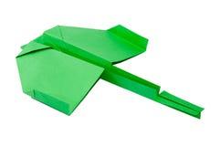 Grünes Origamiflugzeug mit Endstück auf dem weißen Hintergrund Stockfotografie