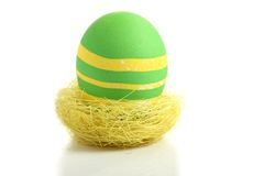 Grünes Osterei im Nest Stockfotografie