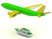 Grünes Passagierpassagierflugzeug und grünes Boot Stockfotos