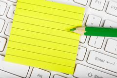 Grünes pensil und Tastatur Lizenzfreie Stockbilder