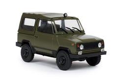 Grünes Plastikspielzeug SUV-Fahrzeug, LKW nicht für den Straßenverkehr, Militärauto, Auto 4x4 Getrennt auf weißem Hintergrund Lizenzfreie Stockfotos