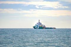 Grünes Plattformversorgungsschiff- oder -mannschaftsboot segelt in das Meer stockfotos