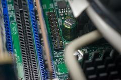 Grünes PWB-Brett mit RAM-Sockeln Stockfotos