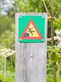 Grünes quadratisches Zeichen - warnend für Absturzgefahr Stockfoto