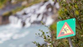 Grünes quadratisches Zeichen - warnend für Absturzgefahr Lizenzfreie Stockfotos