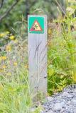 Grünes quadratisches Zeichen - warnend für Absturzgefahr Stockbild