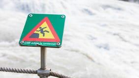 Grünes quadratisches Zeichen - warnend für Absturzgefahr Lizenzfreie Stockfotografie