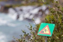 Grünes quadratisches Zeichen - warnend für Absturzgefahr Lizenzfreie Stockbilder