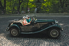 Grünes Retro- Auto an der Rennstrecke bei Leopolis Grandprix Lizenzfreie Stockbilder