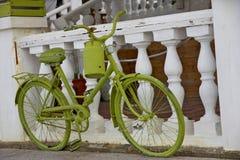 Grünes Retro- Fahrrad mit Gießkanne Lizenzfreie Stockbilder