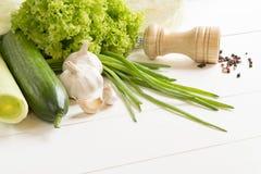 Grünes rohes Gemüse auf einem Holztisch Stockfotos