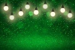 Grünes schönes glänzendes bokeh Glühlampen der Funkelnlichter defocused abstrakter Hintergrund mit Funken fliegen, festal Modellb stock abbildung