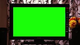 Grünes Schirm Fernsehen in einem Wohnzimmer stock video footage