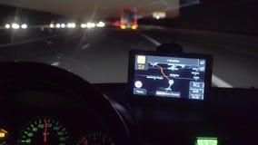 Grünes Schirm-Telefon im Auto beim Fahren stock footage