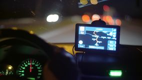 Grünes Schirm-Telefon im Auto beim Fahren stock video footage