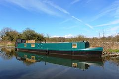 Grünes schmales Boot auf Lancaster-Kanal nahe Galgate Lizenzfreie Stockfotos