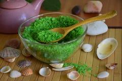 Grünes Seesalz für Badezimmermuschel Lizenzfreies Stockfoto