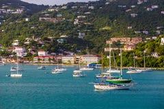 Grünes Segelboot unter weißen Booten Lizenzfreie Stockfotos