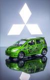 Grünes Spielzeugauto stockfotografie