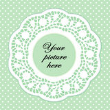 Grünes Spitze-Pastellfeld mit Polka-Punkt-Hintergrund Stockfotos