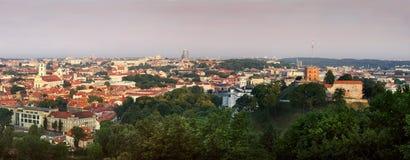 Grünes Stadtpanorama am Sonnenaufgang Stockfoto