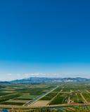 Grünes Tal mit freiem blauem Himmel Stockfotos