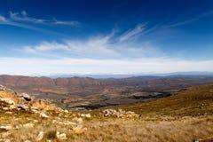 Grünes Tal umgeben durch Berge mit Sturmwolken Lizenzfreies Stockbild