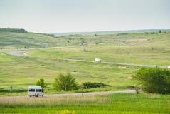 Grünes Tal und eine Straße Stockfotografie