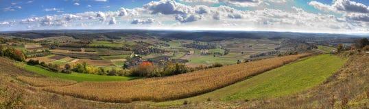 Grünes Tal und goldene Felder Stockbild