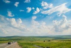 Grünes Tal unter blauem Himmel Stockfoto