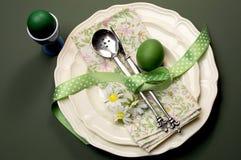 Grünes Thema glückliche Osternabendessen- oder -frühstückstischeinstellung Stockfotos