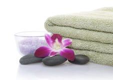 Grünes Tuch, Orchidee, Badesalz und Kiesel Lizenzfreies Stockbild