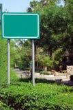 Grünes unbelegtes Straßenschild Stockfotografie