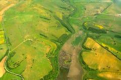 Grünes und gelbes Feld gesehen von oben Stockbild