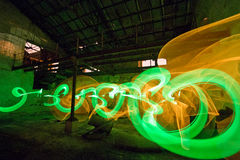 Grünes und gelbes Licht, das alte Fabrik malt Lizenzfreies Stockbild