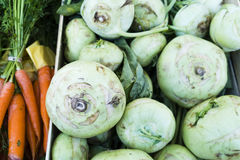Grünes und orange Gemüse in den Marktkästen lizenzfreie stockfotos