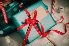 Grünes und rotes Weihnachtspaket Stockfotografie